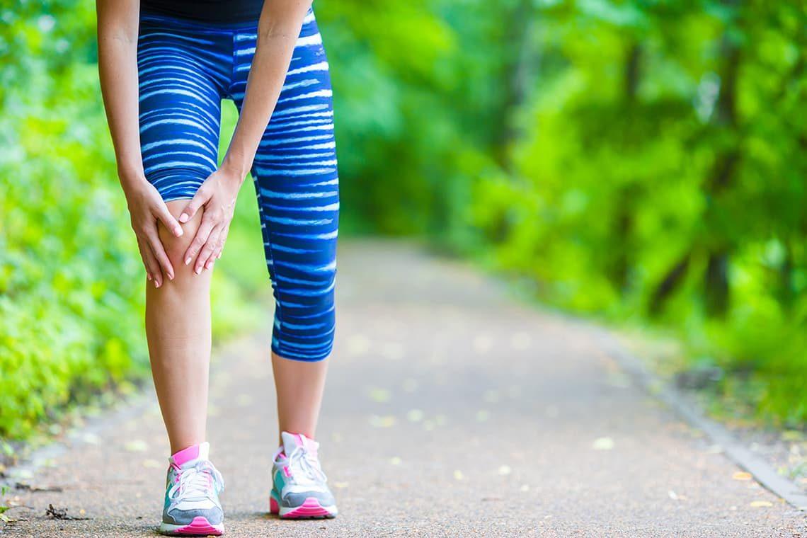 Femme senior se tenant le genou à cause de l'arthrose
