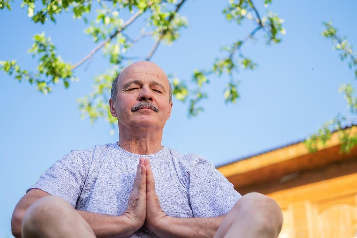 Homme sénior en pleine méditation pour son bien-être mental
